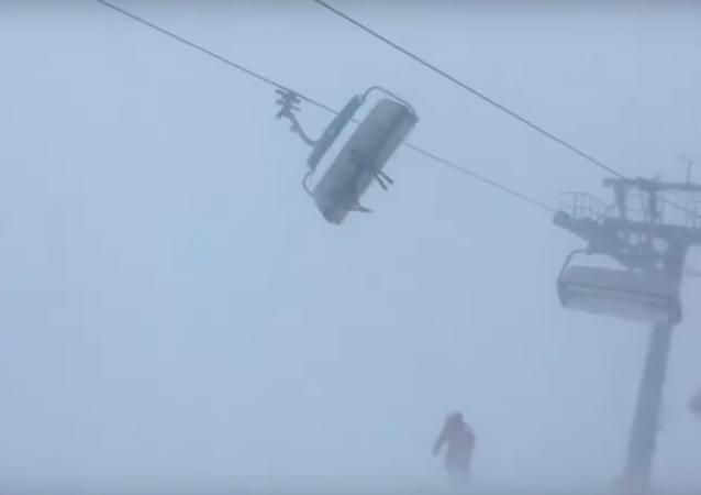 Férias perigosíssimas: esquiadores ficam trancados no teleférico em plena tempestade