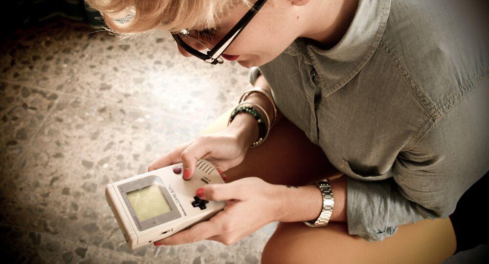 Menina com Gameboy nas mãos (imagem referencial)