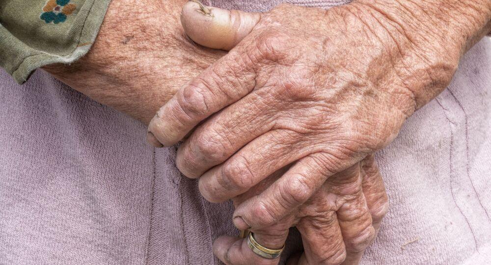 Mãos de uma idosa, imagem referencial