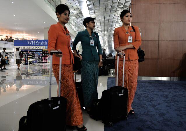 Comissárias de bordo no aeroporto internacional Soekarno-Hatta, Indonésia