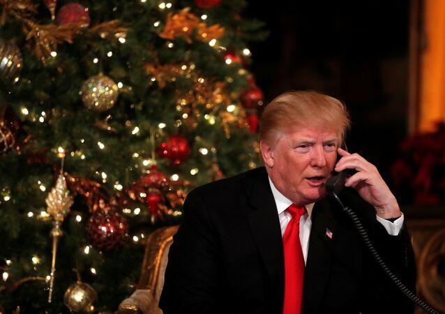 Presidente norte-americano, Donald Trump, falando ao telefone