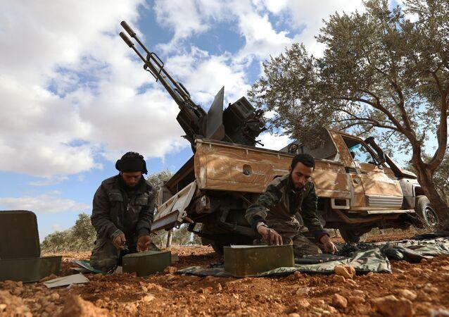 Soldados de oposição estão preparando munições na província de Idlib na Síria