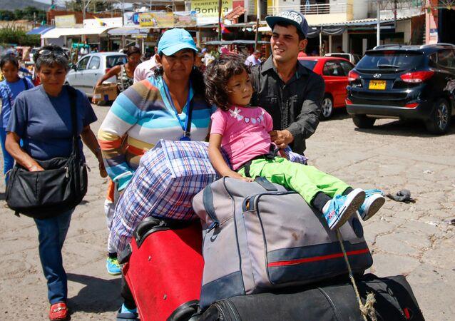 Imigrantes da Venezuela indo para a Colômbia.
