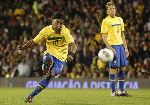 Ronaldinho cobra falta em amistoso da seleção brasileira contra Gana, em 2011.