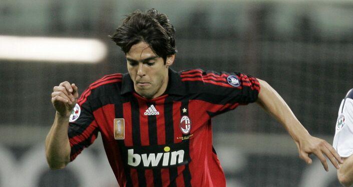 Kaká com a camisa do Milan durante partida contra o Cagliari, em 2008. Ele foi considerado o melhor jogador do mundo em 2007.