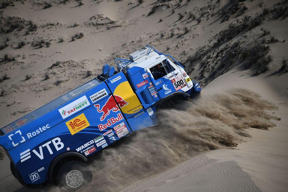 Piloto de caminhão russo Eduard Nikolaev participa do Dakar Rally Stage no Peru