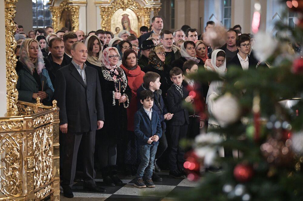 Presidente Putin participa da missa solene natalina na Catedral de Simeão e Ana, a Profetisa, em São Petersburgo