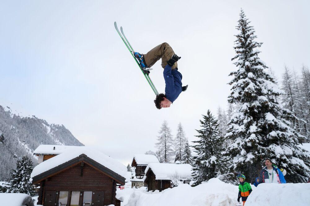 Truque com esqui em uma estação de esqui nos Alpes da Suíça