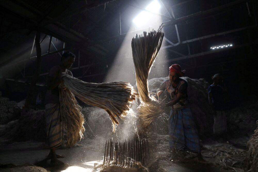 Trabalhadores em moinho perto da cidade de Daca, Bangladesh