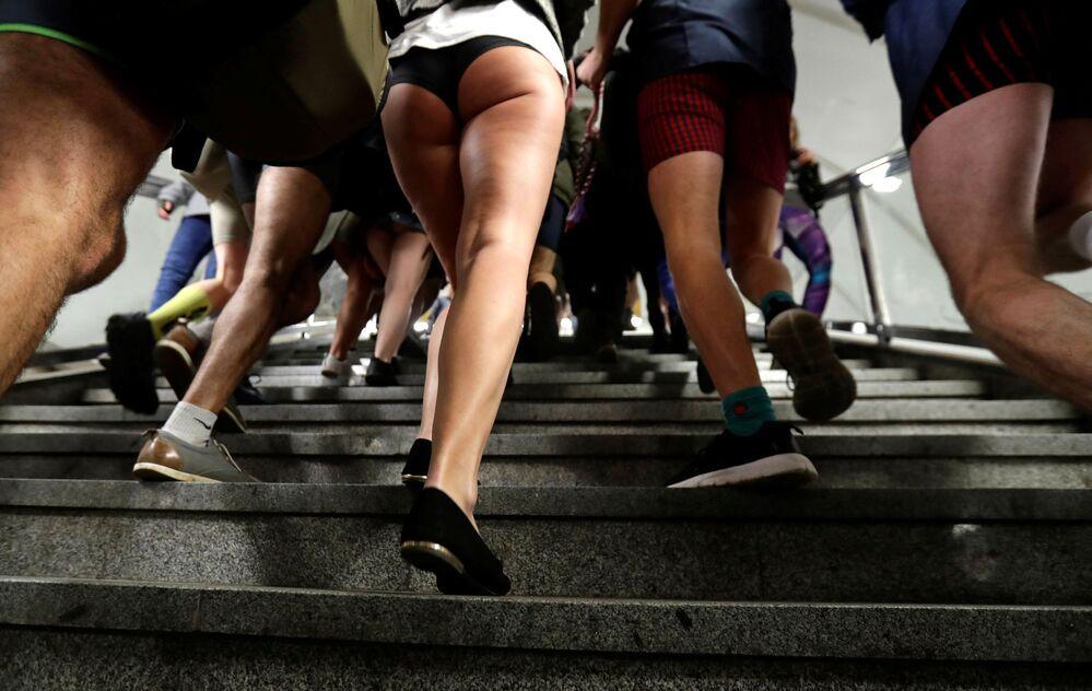 Flash mob sem calças No Pants Subway Ride no metrô de Praga, República Tcheca