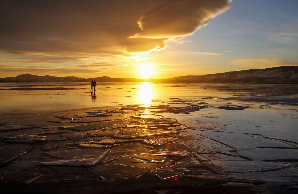 Pessoas passeiam no gelo que cobre o lago Baikal, Rússia