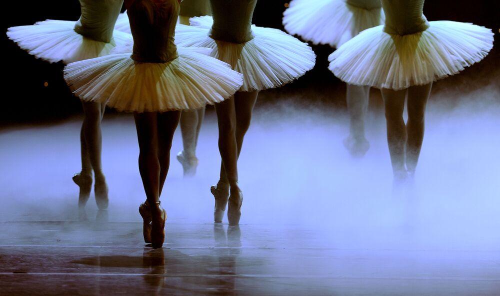 Bailarinas do grupo The Spanish National Dance Company durante o ensaio do balé Dom Quixote no teatro Maestranza, Sevilla