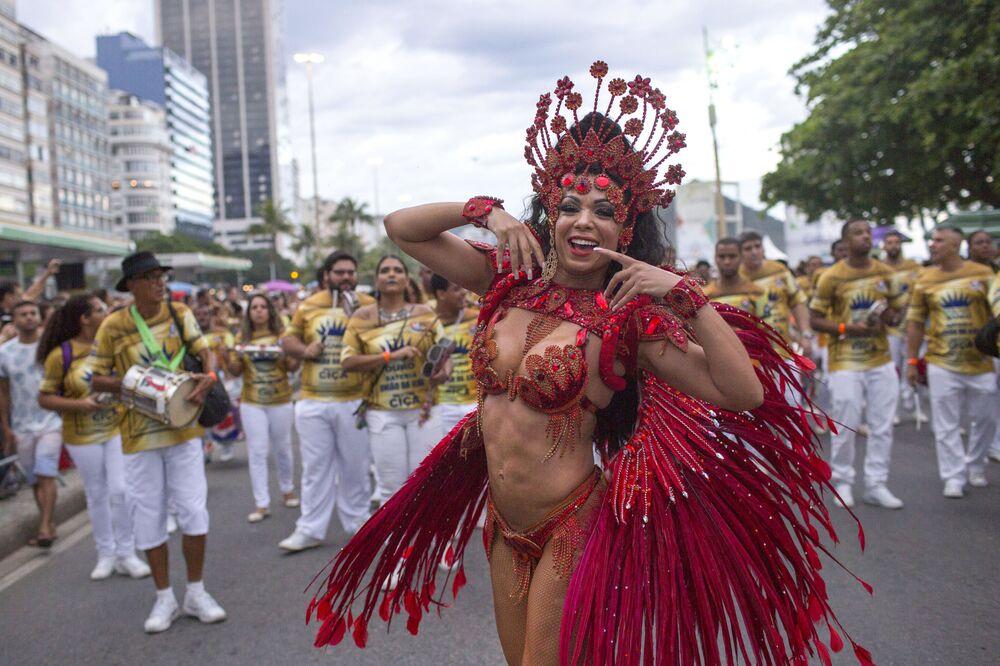 Membros de escola de samba durante parada em Copacabana, Rio de Janeiro