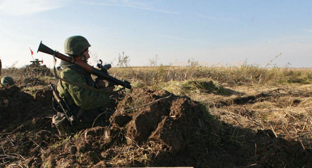 Soldado com lança-granadas RPG-7 durante exercícios das tropas mecanizadas da Frota do Báltico na região de Kaliningrado