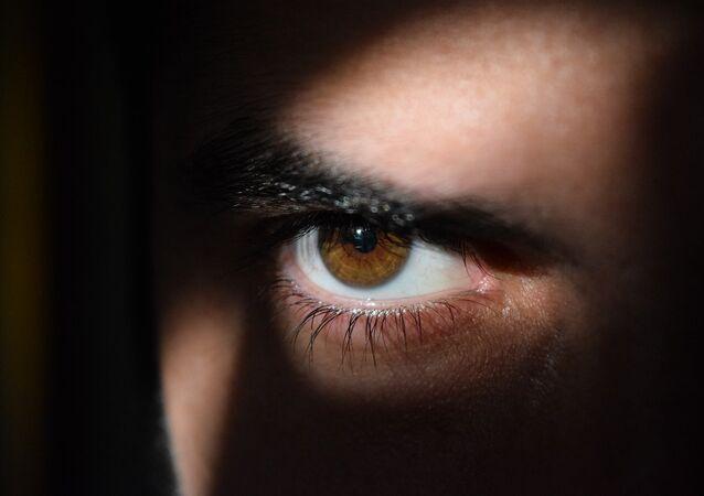 Homem espiando (imagem referencial)
