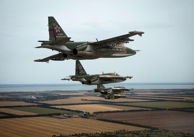 Caças Su-25SM3 durante treinamentos especiais das tripulações do regimento de aviação da Região Militar do Sul