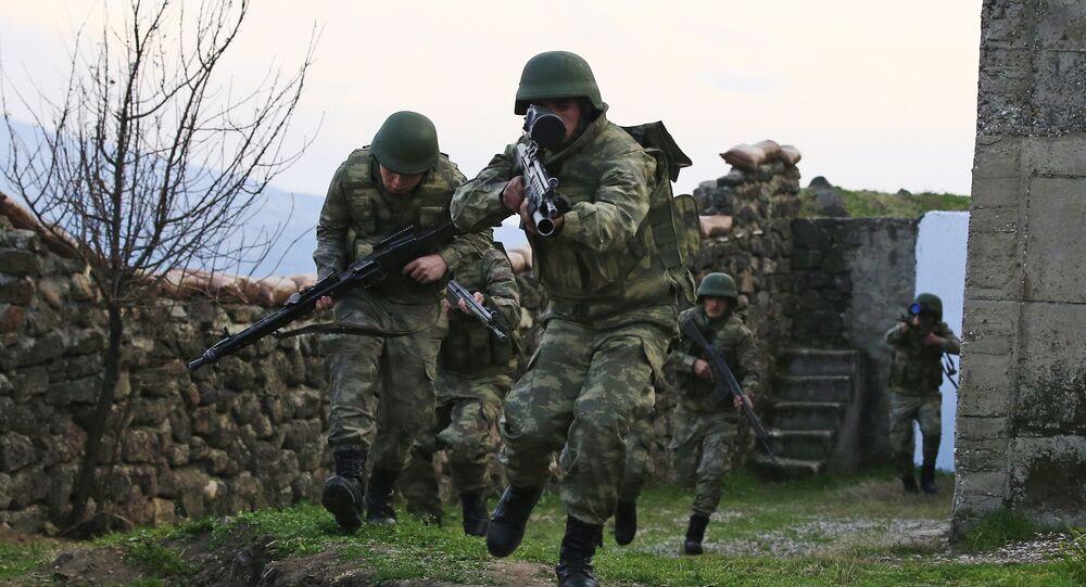 Soldados turcos durante exercícios, foto de arquivo