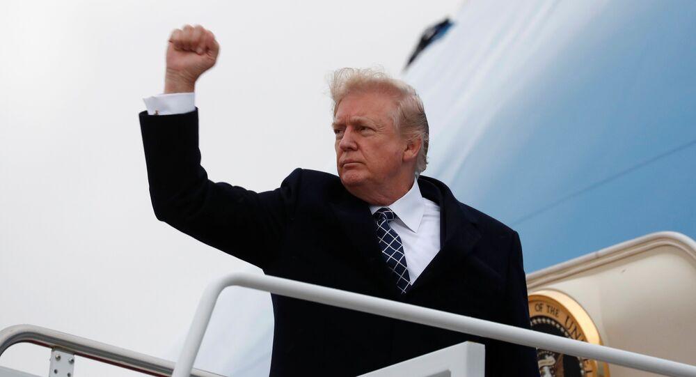 Presidente norte-americano Donald Trump antes de embarcar no avião Air Force One