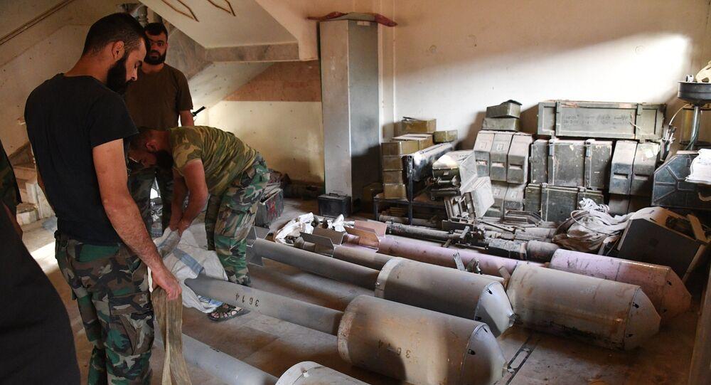 Soldados sírios preparam mísseis