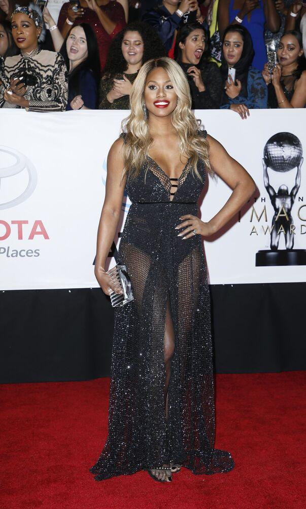 Atriz Laverne Cox posa para fotos no tapete vermelho do NAACP Image Awards, na Califórnia, EUA, em 15 de janeiro de 2018