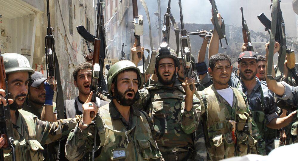 Soldados sírios celebrando vitória sobre rebeldes em Damasco (foto de arquivo)