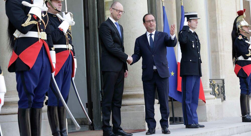 Francois Hollande (D), presidente da França, dá as boas vindas a Arseni Yatsenyuk, primeiro ministro da Ucrânia, no Palácio Elysee em Paris
