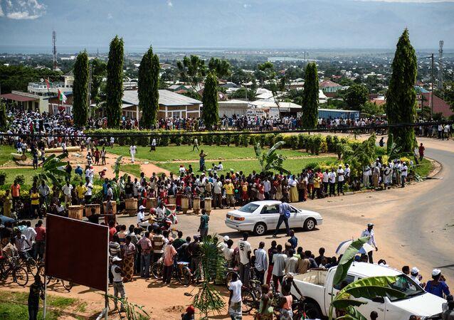 Manifestantes se concentram nas ruas de Bujumbura, capital do Burundi, para acompanhar o retorno de Pierre Nkurunziza ao palácio presidencial