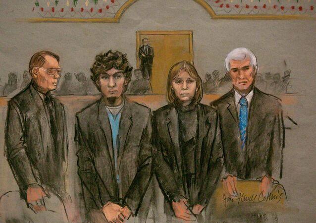 Ilustração mostra o suspeito pela bomba na Maratona de Boston, Dzhokhar Tsarnaev (2-E) e seu time de defesa durante a leitura do veredito em Boston