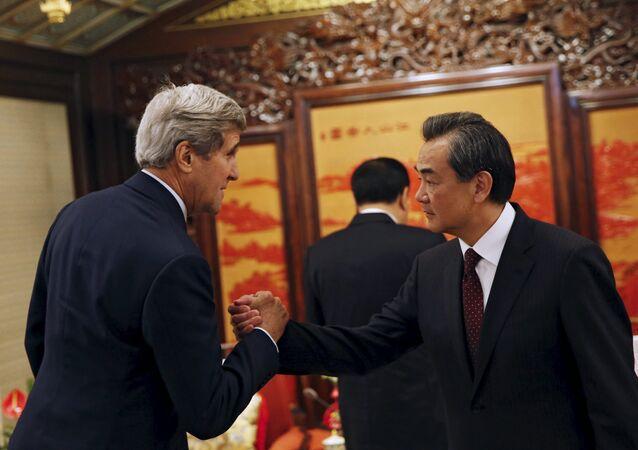 Secretário de Estado norte-americano John Kerry e ministro das relações exteriores da China Wang Yi.