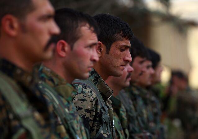 Membros das Unidades de Proteção Popular (YPG) curdas durante exercícios militares na cidade síria de Al-Malikiya