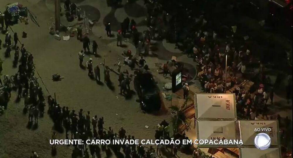 Carro invade calçadão de Copacabana e atropela uma multidão de pessoas