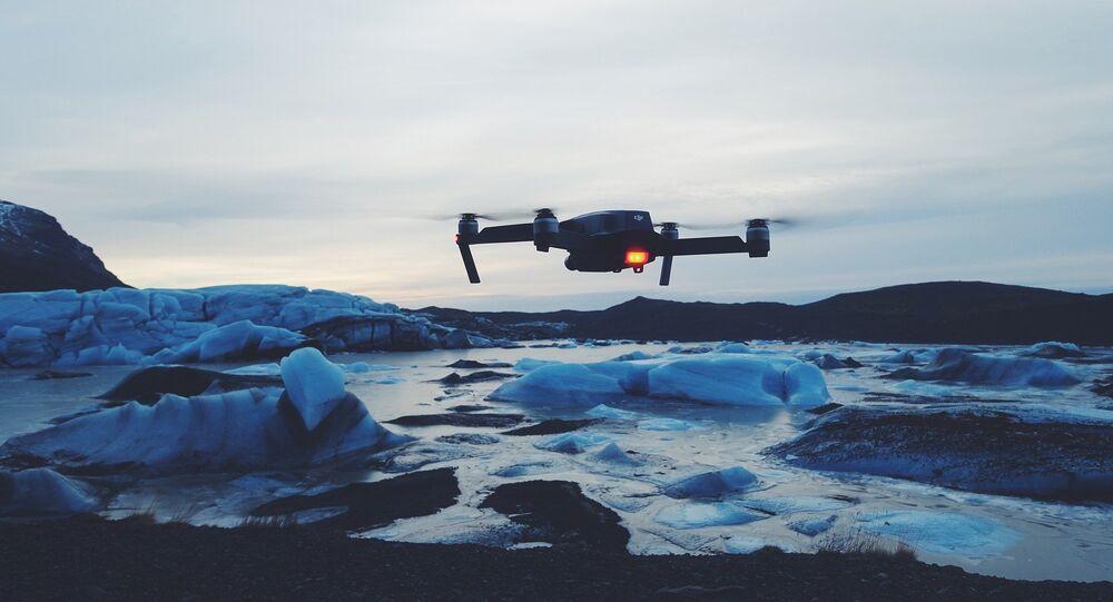 Drone sobrevoa gelo (imagem referencial)