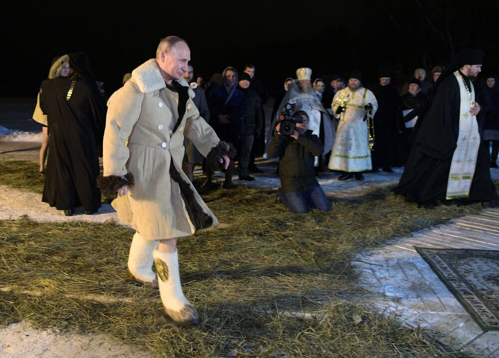 Vladimir Putin se dirige à abertura no gelo no lago Seliger para se banhar na noite da Epifania do Senhor, na noite de 18 para 19 de janeiro de 2018