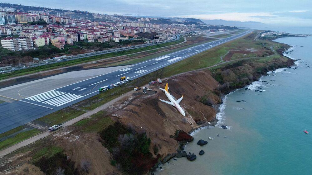 Avião das linhas aéreas turcas Pegasus Airlines fica pendurado no declive na costa do mar Negro após acidente durante a aterrisagem, na Turquia