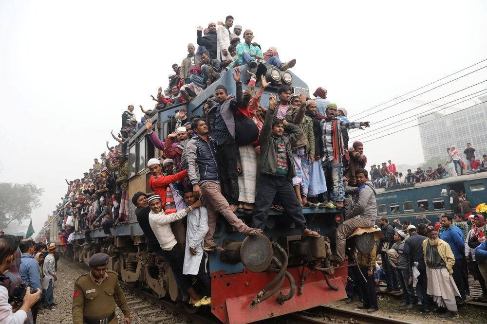 Comboio lotado com peregrinos muçulmanos em uma estação ferroviária perto da cidade bengali de Dhaka, após o Congresso Internacional de Muçulmanos, Bishwa Ijtema