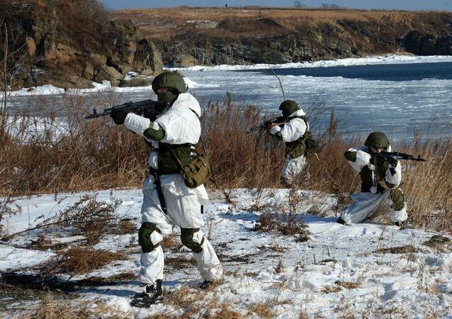 Treinamentos de efetivos do grupo de cobertura de fogo da patrulha de engenharia durante exercícios do batalhão de engenharia da Frota do Pacífico russa