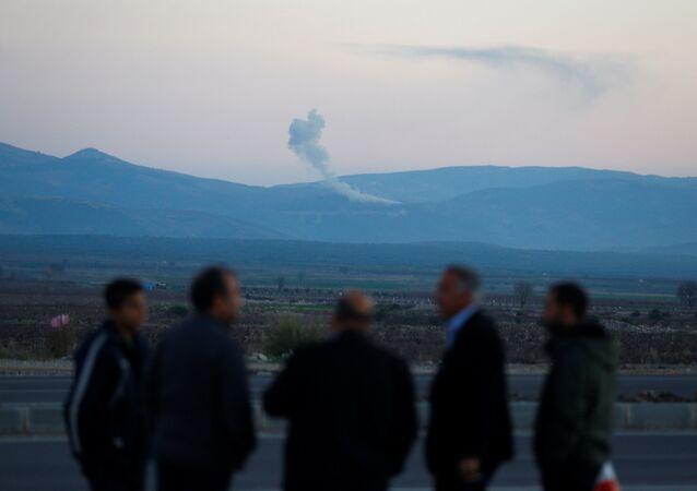 Fumaça vista sobre a região de Afrin, na Síria, a partir de uma imagem feita da cidade turca de Hassa, na fronteira entre os dois países
