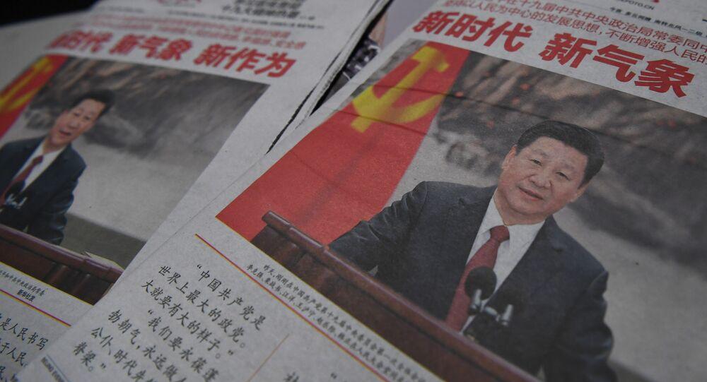 Jornais com fotos do presidente chinês, Xi Jinping, de 26 de outubro de 2017, um dia depois de ter sido criado novo Comitê Permanente do Politburo, que é o órgão superior de tomada de decisões