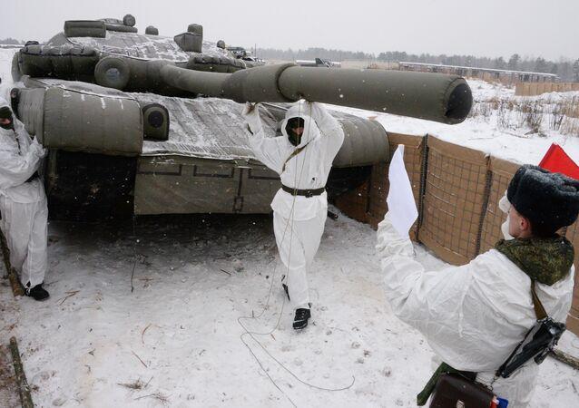 Soldados russos preparam camuflagem de tropas (tanque de ar)