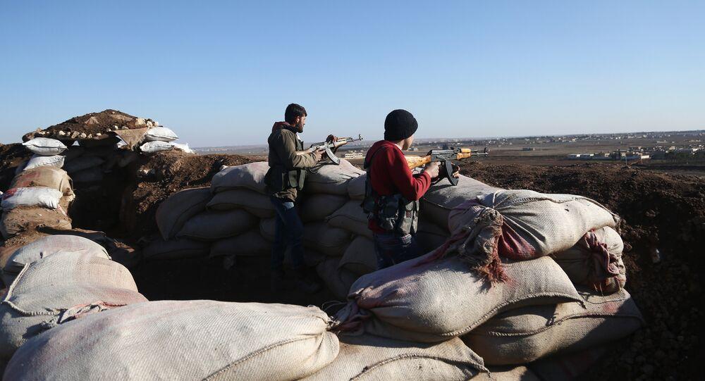 Combatentes pró-turcos do Exército Livre da Síria participam da operação militar turca em Afrin