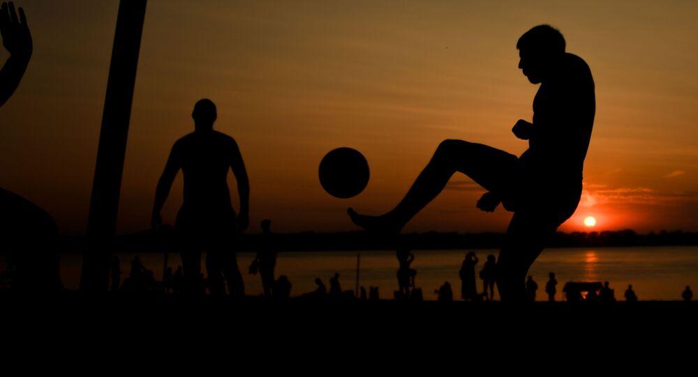 Homens jogam futebol em Samara, foto de arquivo