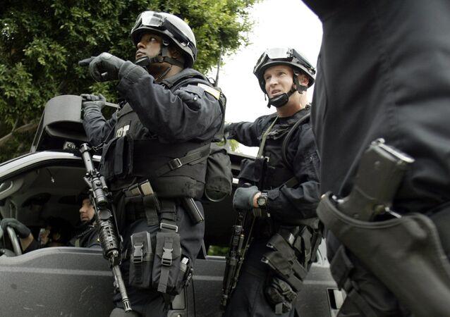 Agentes do FBI em direção ao consulado mexicano em Los Angeles