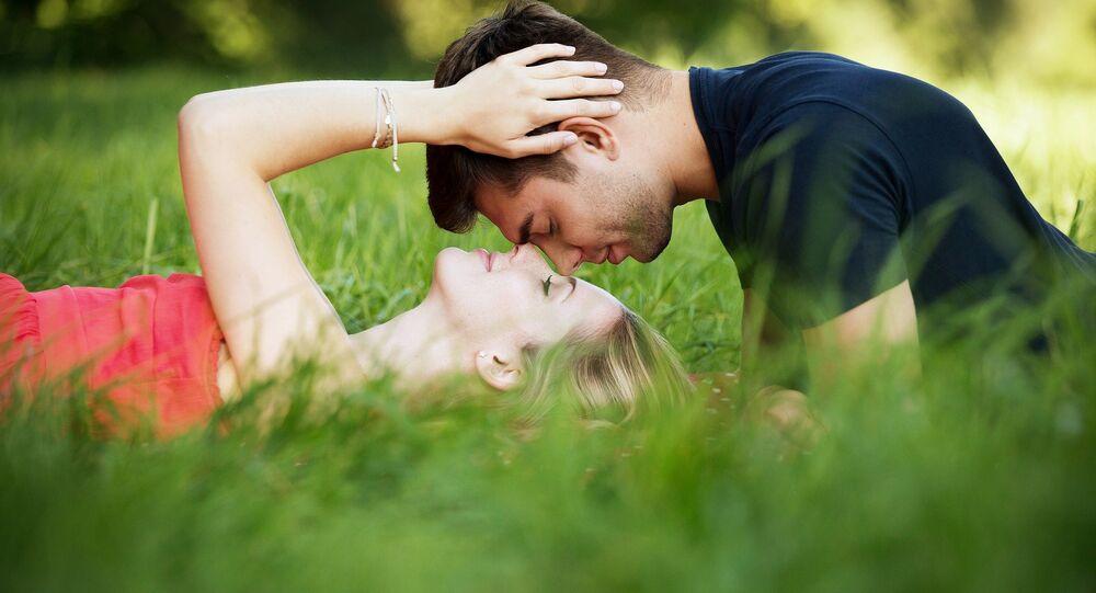 Homem e mulher em um parque