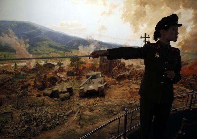 Guia mostra exibição que representa batalha da Guerra das Coreias no museu, em Pyongyang