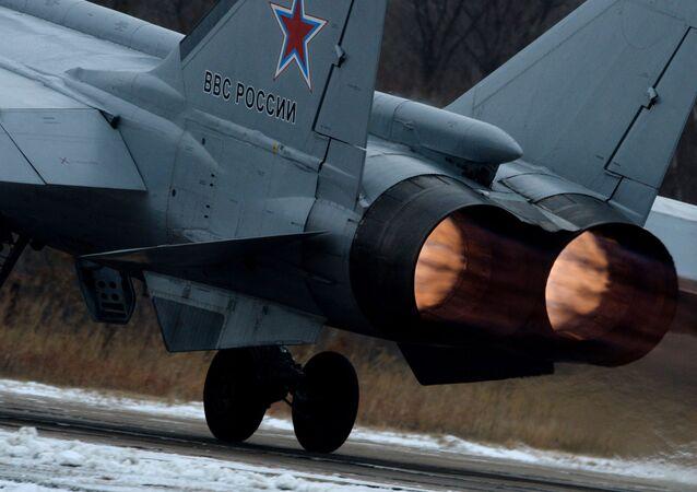 Decolagem do caça MiG-31 durante manobras