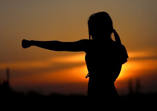 Mulher praticando artes marciais