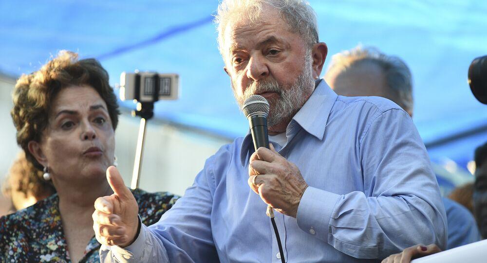 Dilma Rousseff e Luiz Inácio Lula da Silva são vistos durante ato em Porto Alegre em 23 de janeiro de 2018, na véspera do julgamento no TRF-4