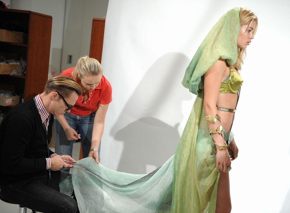 Modelo holandesa Doutzen Kroes prova roupas nas vésperas de um desfile da Victoria's Secret, em Nova York, em 5 de novembro de 2008
