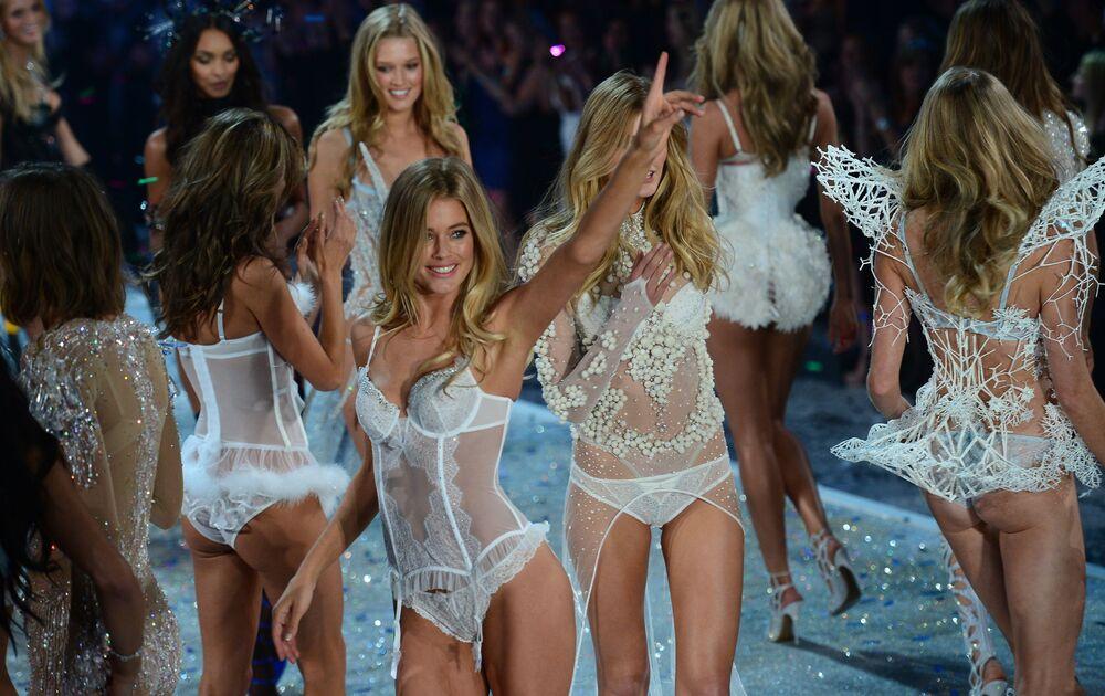 Modelos, inclusive Doutzen Kroes, apresentam-se em um show da Victoria's Secret em Nova York, em 13 de novembro de 2013