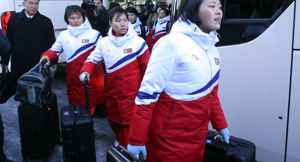 Time de hóquei no gelo feminino da Coreia do Norte chega chega na zona desmilitarizada para embarcar para o Sul.